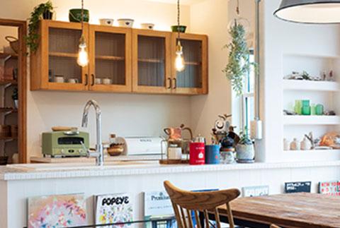造作棚もあしらったかわいいキッチンスペース