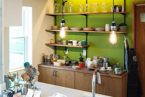 ライムグリーンの塗装がアクセントの、おしゃれでカッコいいキッチン