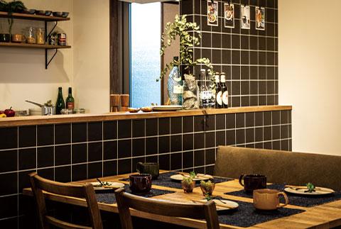 家族の様子を見守れるカウンターキッチン。タイル張りでお手入れも簡単。