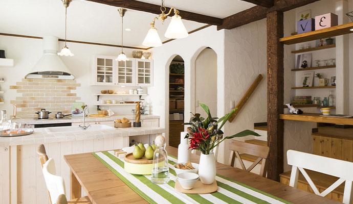 白の塗り壁と木材のコントラストが美しい空間