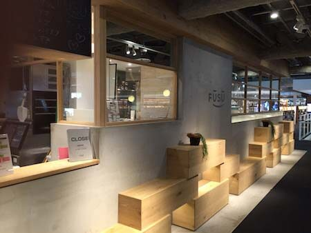 カフェの仕切り壁