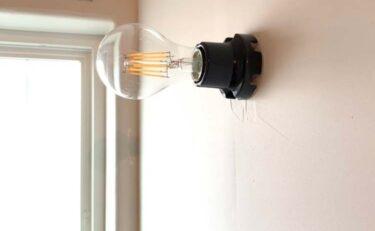 黒い陶器の電球ソケット