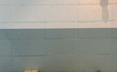 2トーンの塗装されたブロック壁。