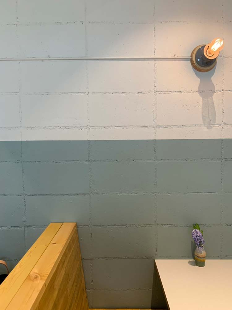 2トーンの塗装されたブロック壁