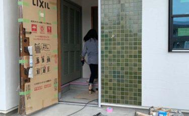 モデルハウス玄関の壁タイル