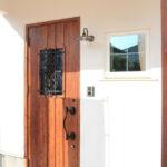 アイアンの飾りがついた玄関ドア