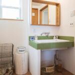 緑のタイルの洗面台