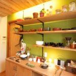 グリーンの壁のキッチン棚