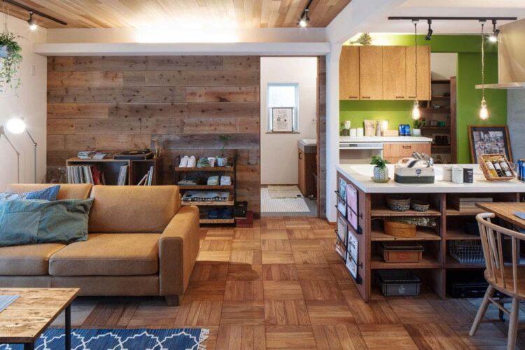 天井板張りと、キッチンのアクセントカラーが華やかなブルックリンスタイルのお家