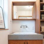 グレーのタイルの洗面台