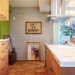 グリーンの壁のキッチン