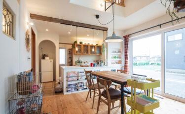 ステンドグラスやかわいいニッチ、お気に入りの小物と暮らすカフェ風のお家