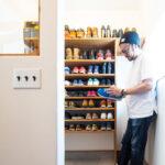 たくさんの靴の並ぶ棚