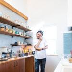 造作棚のキッチンに立つ男性