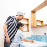 親子が洗面台で手を洗う