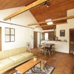 白い壁と木目の天井のリビング