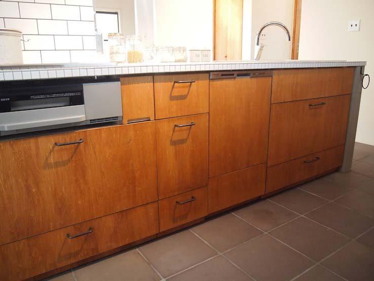 ナチュラル素材の取っ手がかわいいキッチン棚