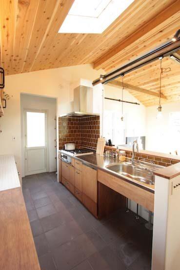 キッチンのステンレス天板がかっこいいブルックリンスタイルのお家