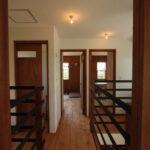 1階を見下ろせる2階の廊下