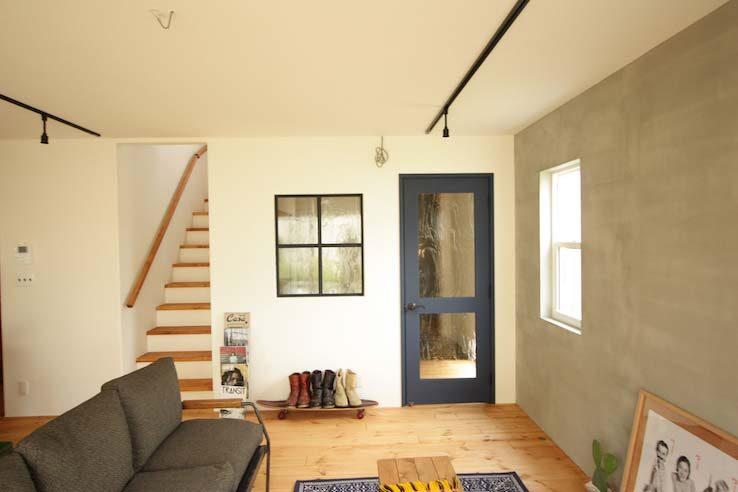 人気はブルー系やホワイトの木製扉
