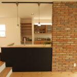 キッチンの前壁にレンガを張ったお洒落な壁