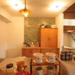 食器の並ぶ棚