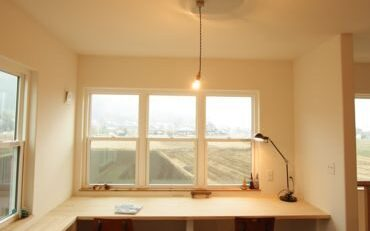 2階の書斎スペースから愛宕山の景色がよく見える自然素材をふんだんに使ったシンプルナチュラルなおうち