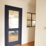 ガラスがかわいい木製ドア