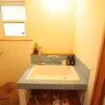 青いタイルの洗面台