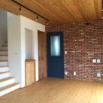 レンガ調の壁と木目調の天井