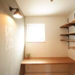 可動棚がついた書斎スペース