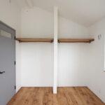天棚パイプハンガーのオープン収納