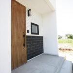 外観のタイルに合う木目玄関ドア