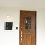 カントリー調の木目玄関ドア
