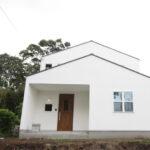 白い家の外観