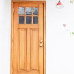 ガラス窓がかわいい木玄関ドア