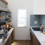 青いタイルのキッチン