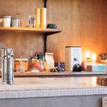 食器の並ぶ収納棚