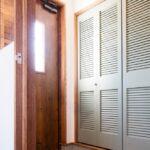 かわいい色合いのルーバー折戸収納