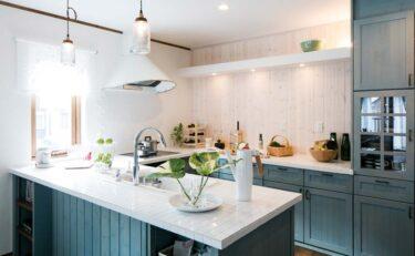 パーティーキッチンと漆喰壁が明るい北欧のおうち