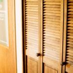 木目が綺麗なルーバー折戸収納
