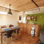 キッチンを華やかに見せるアクセントグリーンの壁