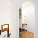 かわいい入口の洗面所