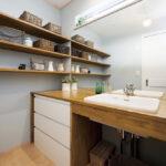 飾り棚のある洗面台