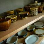 おしゃれな食器の並ぶ棚
