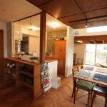 木目の天井のキッチンダイニング