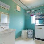 ライトブルーが映える洗面脱衣室の壁