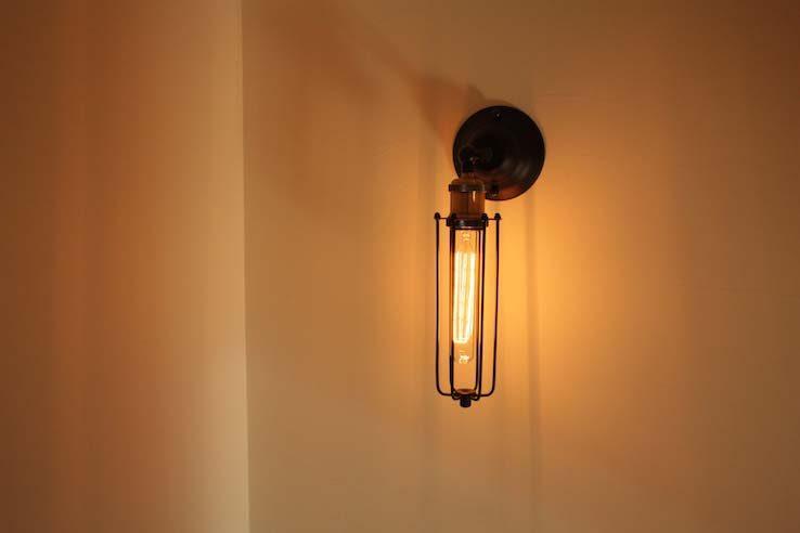 漆喰壁に飾り照明を組み合わせて作る温かい空間