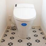 レトロな床がかわいいトイレ