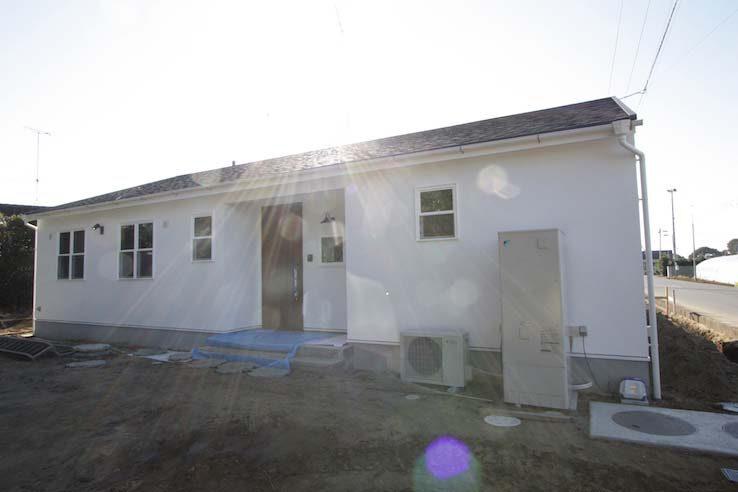 平屋の屋根に太陽光パネルを取り付ける